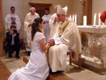 À ces formes de vie consacrée s'ajoute l'ordre des vierges qui, exprimant le propos sacré de suivre le Christ de plus près, sont consacrées à Dieu par l'Évêque diocésain selon le rite liturgique approuvé, épousent mystiquement le Christ Fils de Dieu et sont vouées au service de l'Église. Canon 604