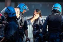 Un policier italien console une migrante le 24 Août 2017 après une évacuation forcée d'une place de la ville de Rome. Photo Angelo Carconi. Dans un contexte d'évacuation violente de Migrants squattant une place et dormant dehors, chassés  traités avec mépris...un policier est pris en flagrant délit! Flagrant délit...d'humanité!