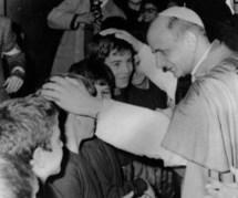 Paul VI bénissant des jeunes