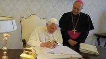 Benoît XVI signant Caritas in Veritate