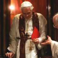 Benoît XVI sortant du confessional