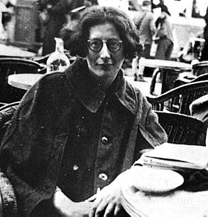 Simone Weil se rapproche peu à peu du christianisme. Elle éprouve la présence du Christ, à partir de l'année 1938, et entre en contact avec des prêtres et des religieux, afin de leur poser des questions sur la foi de l'Église catholique. Le père Joseph-Marie Perrin, religieux dominicain, l'accompagnera et aura un rôle important lorsqu'elle sera à Marseille, entre 1940 et 1942. Mais elle reste très discrète sur son évolution spirituelle, et ce n'est qu'après sa mort que ses amis découvriront la profondeur inouïe de sa vie spirituelle. Juive, lucide sur ce qui se passe en Europe, elle est sans illusion sur ce qui les menace, elle et sa famille, dès le début de la guerre. Lorsque Paris est déclarée « ville ouverte », le 13 juin 1940, elle et sa famille se réfugient à Marseille. C'est à cette époque qu'elle commence la rédaction de ses Cahiers. Les études qu'elle rédige sur la Grèce, sur la philosophie grecque, en particulier sur Platon, seront rassemblées après la guerre dans deux volumes : La Source grecque et les Intuitions pré-chrétiennes. Elle travaille également sur la physique contemporaine, et écrit sur la théorie des quanta. Elle entre en contact avec les Cahiers du Sud, la revue littéraire la plus importante de la France libre, et participe à la Résistance en distribuant les Cahiers du Témoignage Chrétien, réseau de résistance organisé par les jésuites de Lyon.