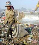 Chiffonnier vivant en dessous du seuil de pauvreté, de ce qui reste du gaspillage des biens.