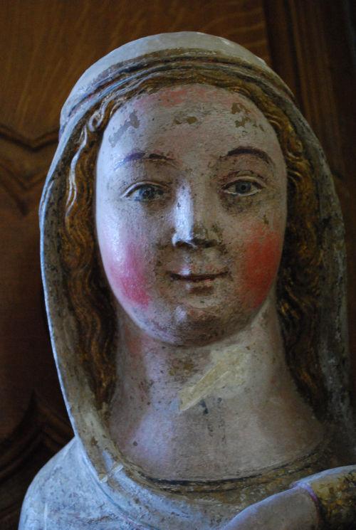 Marie se fit connaître à Bernadette d'abord par son sourire, comme étant la porte la plus appropriée à la compréhension de son Mystère en tant qu'Immaculée Conception.