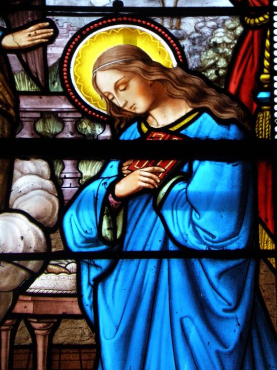 Vitrail Annonciation, Eglise des Carmes, le Puy en velay. Marie serre la Parole sur son coeur.