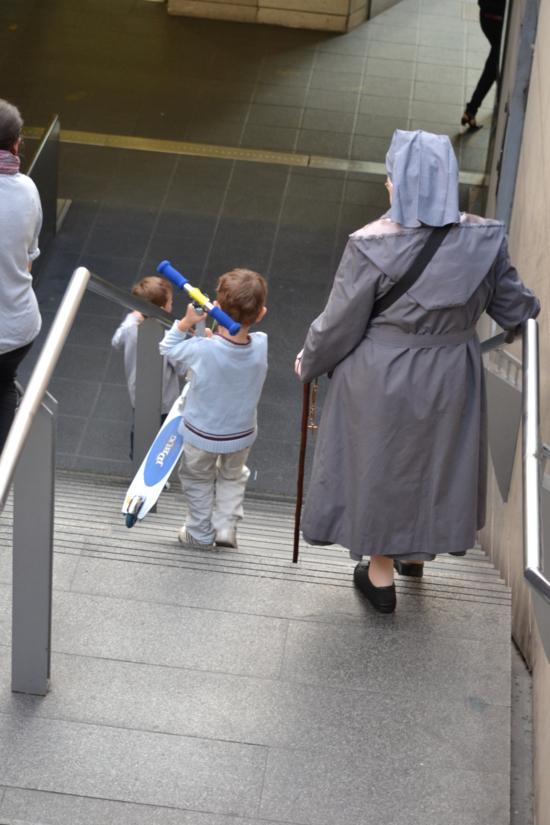 Le Rosaire, prière des humbles...merci à cette petite soeur inconnue qui passait dans le métro avec son rosaire discrètement égrené au milieu de la vie urbaine, des générations qui passent et demandent un peu de leur bénédiction aux priants qui portent le monde !