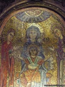 Mosaïque de la basilique sainte Praxède : la Vierge Marie entourée des deux premières Vierges Consacrées, l'une par le martyr, l'autre par la remise du voile liturgique, Praxède et Prudentienne.