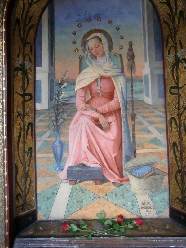 Mater admirabilis, Rome, Trinité des Monts : Marie attend le sauveur, est-elle déjà enceinte ou juste avant l'Annonciation, ses outils de travail indique déjà la femme en sa demeure d'épouse et au travail, en cette période où elle seule sait la conception du divin Sauveur en elle, et où Joseph l'ignore encore.
