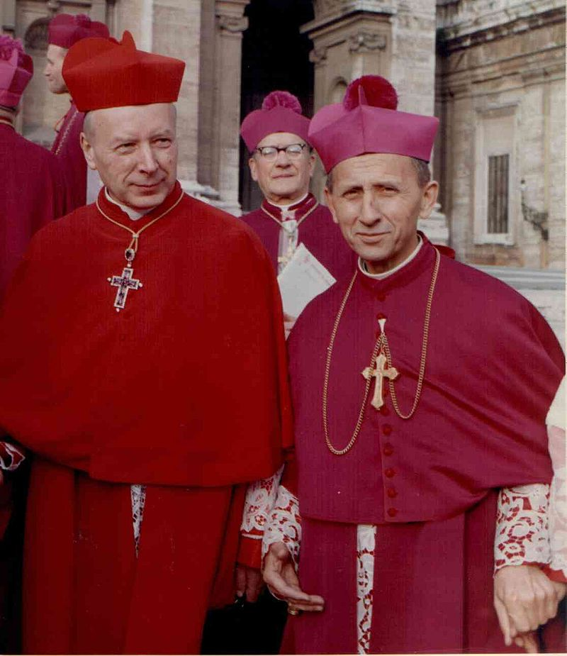 Le cardinal (en rouge). Photo de Roland von Bagratuni