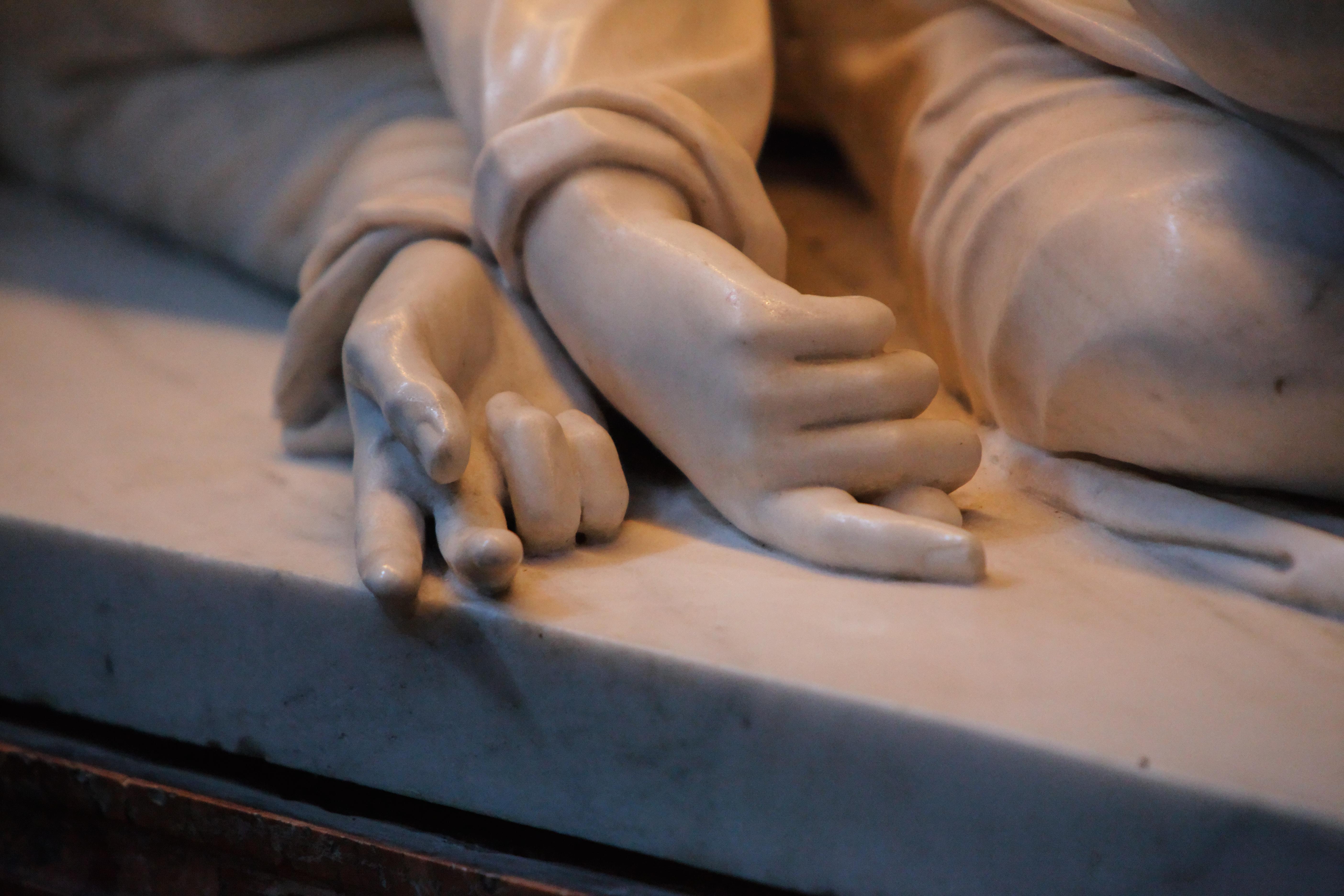Bosio, archéologue de la Renaissance, redécouvrit l'emplacement exact et la tombe de Sainte Cécile en se basant sur la Legenda et sur des recherches scientifiques. Lorsqu'il redécouvrit le corps de Cécile, la tombe fut ouverte en présence de témoins, dont le sculpteur Maderno. Tous eurent la stupéfaction de découvrir un corps intact, témoignage impressionnant d'un martyr douloureux et paisible à la fois. La position du corps et notamment l'étonnant geste trinitaire jusque dans la mort furent fidèlement reproduit par Maderno.