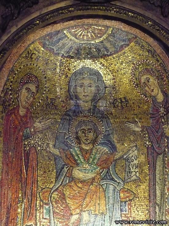 La Vierge Marie, entourée de Sainte Praxède, première Vierge Consacrée liturgiquement selon Dom Guéranger, et sainte Prudentienne, sa soeur morte martyre au premier siècle. Basilique de Sainte Praxède, Rome