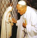 """Jean-Paul II, après l'attentat du 13 mai 1981, """" une main a tirée, une main maternelle a dévié la balle"""". La balle d'Ali Agça a été enchassée dans le couronne de la Vierge"""