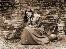 """Thérèse de Lisieux dans le rôle de Jeanne d'Arc, Photo prise pour les """" récréations"""" du Carmel et qui valut à la sainte une cruelle humiliation."""