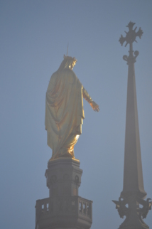 La Vierge de Fourvière au lever du soleil.