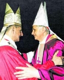 Accolade entre le pape Paul VI et le cardinal Ratzinger, lequel a fait notablement avancer le procès de béatification de son prédécesseur.