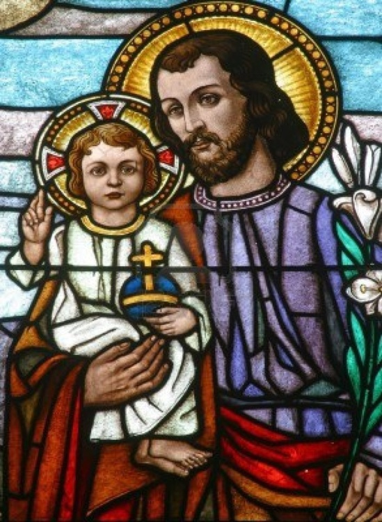 Joseph représenté avec le bâton qui fleurit : un symbole qui rappelle que Jésus est l'aboutissement du songe de Jessé , le rejeton de David, la chasteté et l'obéissance de Joseph ayant permis que se réalise la promesse faite à David, Joseph étant le dernier des Patriarches;