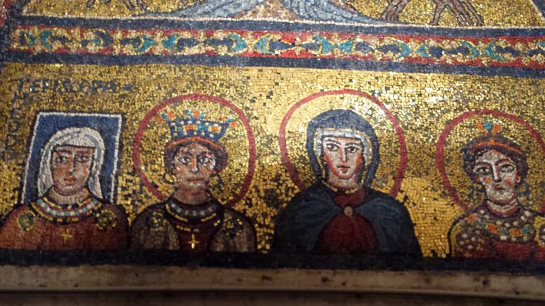Basilique de sainte Praxède à Rome. Praxède et sa soeur Prudentienne entourent la Vierge Marie. Praxède est considérée par Dom Guéranger comme une des premières Vierges dont on ait la preuve de la bénédiction liturgique. Sa soeur est morte martyr, toutes deux sont contemporaines de Saint Pierre et Saint Paul